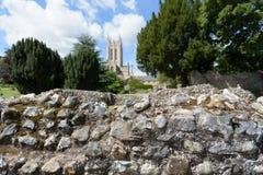 Ruinas de la pared de la abadía en foco con St Edmundsbury Catherdral Imágenes de archivo libres de regalías