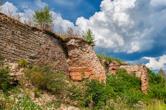 Ruinas de la pared antigua de la fortaleza en el Oreshek Foto de archivo libre de regalías