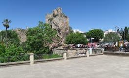 Ruinas de la pared de la ciudad en Antalya, Turquía foto de archivo