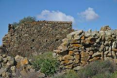 Ruinas de la pared de piedra de una granja vieja y olvidada Imagenes de archivo