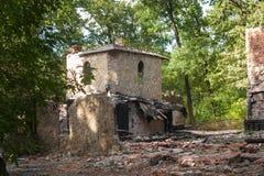 Ruinas de la piedra en un bosque, castillo antiguo abandonado Imagen de archivo libre de regalías