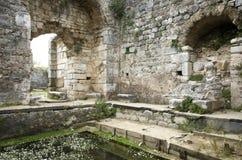 Ruinas de la piscina antigua del baño de Fausta en la ciudad antigua de Miletus, Turquía imágenes de archivo libres de regalías