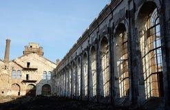 Ruinas de la planta abandonada vieja con la chimenea y las ventanas del horno de gas Fotos de archivo libres de regalías