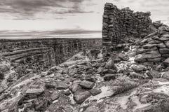 Ruinas de la torre de la cueva en invierno imagen de archivo