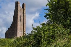 Ruinas de la torre en el castillo del ajuste imagen de archivo