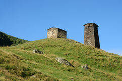 Ruinas de la torre fortificada en el pueblo svan medieval, acuerdo Ushguli, Svaneti, Georgia Imágenes de archivo libres de regalías