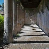 Ruinas de las columnas en Herculano en Italia fotografía de archivo