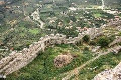 Ruinas de las paredes de la ciudad antigua de Mystra fotos de archivo libres de regalías