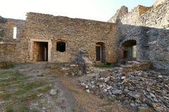 Ruinas de las paredes medievales del castillo con los restos de puertas y de ventanas Fotografía de archivo libre de regalías