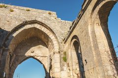 Ruinas de las puertas antiguas de la ciudad de Saint Emilion Imagen de archivo libre de regalías