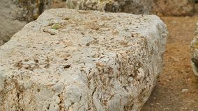 Ruinas de piedra antiguas del edificio en el sitio arqueológico de la excavación, herencia de la cultura almacen de video