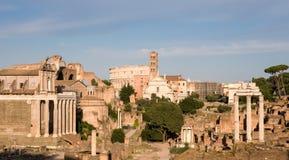 Ruinas de Roma antigua en luz de la tarde Fotografía de archivo libre de regalías