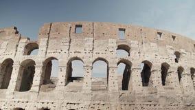 Ruinas de Roman Colosseum Vehículos y gente, tiro de la cacerola almacen de metraje de vídeo