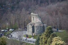 Ruinas de San Sepolcro delante de la abadía del ` s de San Miguel en el soporte Pirchiriano Piedmonte Italia Foto de archivo libre de regalías