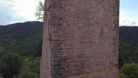 Ruinas de tres castillos cerca de Colmar, Alsacia Opinión aérea del abejón almacen de video