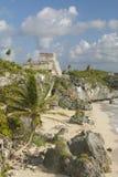 Майяские руины Ruinas de Tulum (руин Tulum) в Quintana Roo, Мексике El Castillo изображен в майяских руинах в Юкатане Peninsu Стоковые Изображения