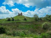 Ruinas de un castillo en una colina Foto de archivo libre de regalías