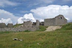 Ruinas de un edificio en montañas Imágenes de archivo libres de regalías
