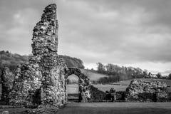 Ruinas de un edificio viejo en un campo Rebecca 36 fotos de archivo libres de regalías