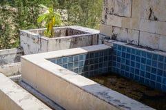 Ruinas de un hotel abandonado viejo destruido por los merodeadores Imagenes de archivo