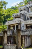 Ruinas de un hotel abandonado viejo destruido por los merodeadores Imagen de archivo libre de regalías