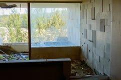 Ruinas de un hotel abandonado viejo destruido por los merodeadores Fotos de archivo