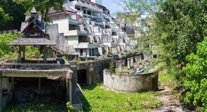 Ruinas de un hotel abandonado viejo destruido por los merodeadores Imágenes de archivo libres de regalías