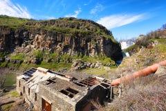 Ruinas de una central hidroeléctrica en el parque de estado del río Blanco imágenes de archivo libres de regalías