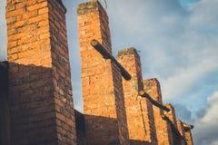 Ruinas de una fábrica grande vieja arruinada fotos de archivo