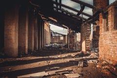 Ruinas de una fábrica grande vieja arruinada imagenes de archivo