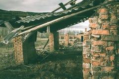 Ruinas de una fábrica grande vieja arruinada imagen de archivo