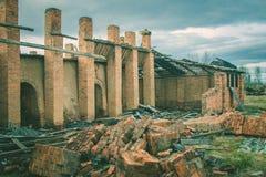 Ruinas de una fábrica grande vieja arruinada fotografía de archivo