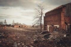 Ruinas de una fábrica grande vieja arruinada imágenes de archivo libres de regalías