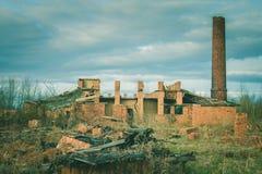 Ruinas de una fábrica grande vieja arruinada imagen de archivo libre de regalías
