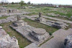 Ruinas de una iglesia en la fortaleza de la primera capital búlgara - Pliska fotos de archivo