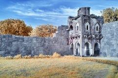 Ruinas de una torre del reloj debajo de un cielo azul foto de archivo