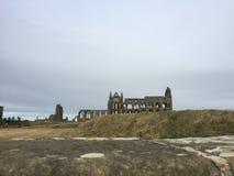 Ruinas de Whitby Abbey a distancia imágenes de archivo libres de regalías
