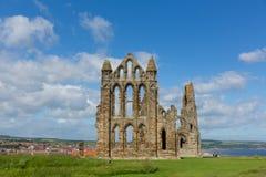 Ruinas de Whitby Abbey North Yorkshire Reino Unido en ciudad del verano y el destino turísticos del día de fiesta Foto de archivo