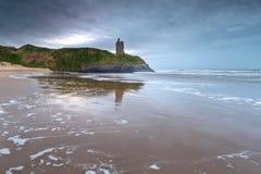 Ruinas del castillo de Ballybunion en el océano Imagen de archivo