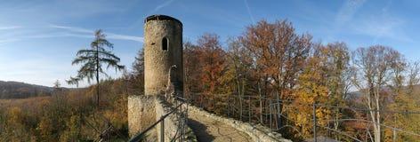 Ruinas del castillo de Cimburk en las montañas de Chriby en Moravia del sur imagen de archivo libre de regalías