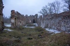 Ruinas del castillo de Dobele en invierno Imagenes de archivo