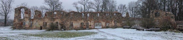 Ruinas del castillo de Dobele en invierno Fotos de archivo