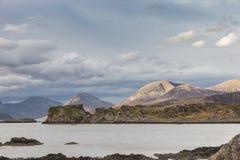 Ruinas del castillo de Dunscaith en la isla de Skye en Escocia Fotos de archivo