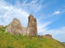 Ruinas del castillo debajo del cielo tempestuoso imagenes de archivo