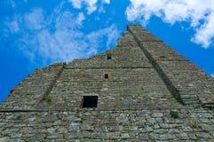 Ruinas del castillo del ajuste Foto de archivo libre de regalías