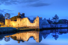 Ruinas del castillo en Adare en la noche Fotografía de archivo