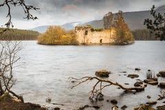 Ruinas del castillo en el lago un Eilein en Escocia Imagenes de archivo