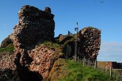 Ruinas del castillo en la central Escocia del puerto de Dunbar Fotos de archivo libres de regalías