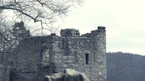 Ruinas del castillo medieval Torre y baluarte defensivos enormes del fortalecimiento