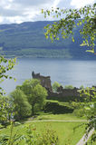 Ruinas del castillo Urquhart en Loch Ness fotografía de archivo libre de regalías